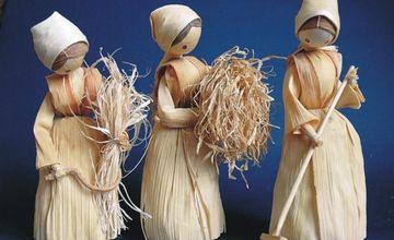 Výstava figurek z šustí